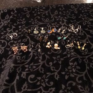 13 pairs of fashion wire earrings.
